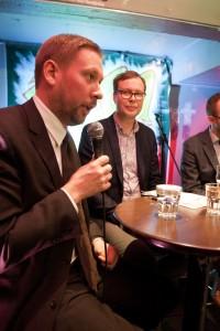 Paavo Arhinmäki, Mia Haglund, Matti Parpala, Aleksi Kuusisto ja Heikki Patomäki keskustelivat TTIP-sopimuksesta Vasen linja -klubilla helmikuussa 2015.